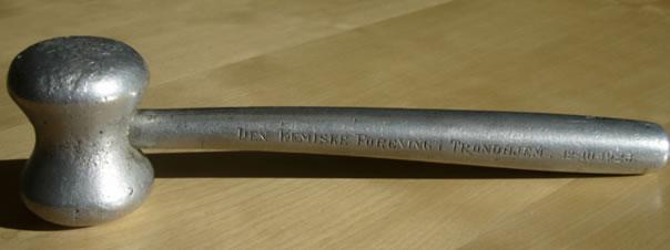"""Norsk Kjemisk Selskap Avdeling Trondhjem sin klubbe, på baksiden står skrevet """"Aluminium av Trondhjemslere""""."""